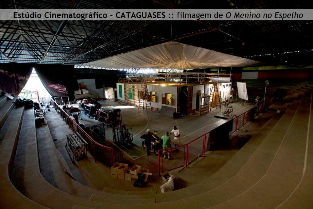 """aq_block_1-Estúdio de produção cinematográfica erguido no interior de um ginásio poliesportivo em Cataguases para a realização das filmagens do longa """"O Menino no Espelho"""". Com 400 metros quadrados, o estúdio abrigou a base de produção e os cômodos que reproduziram o interior da casa do protagonista."""